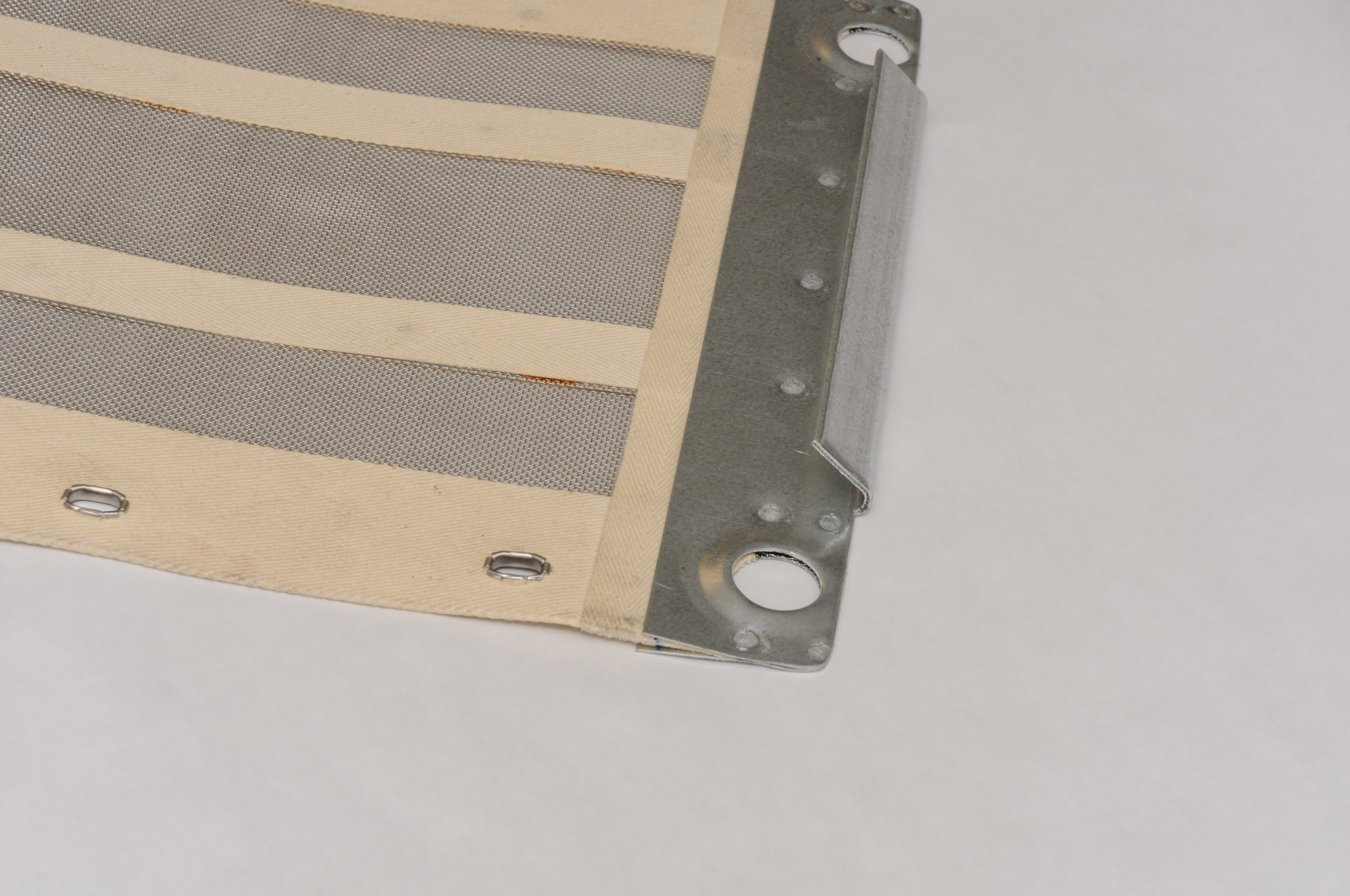 Sand and minieral screens with edging and hooks